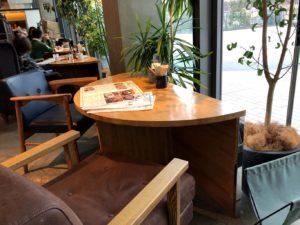 窓際の半円テーブル席