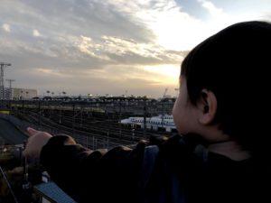 大井車両基地を眺める息子