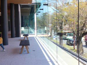 東棟2Fの窓際ベンチ