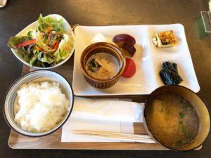 前菜プレートとサラダご飯お味噌汁