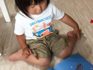 チリンのすずを読む息子